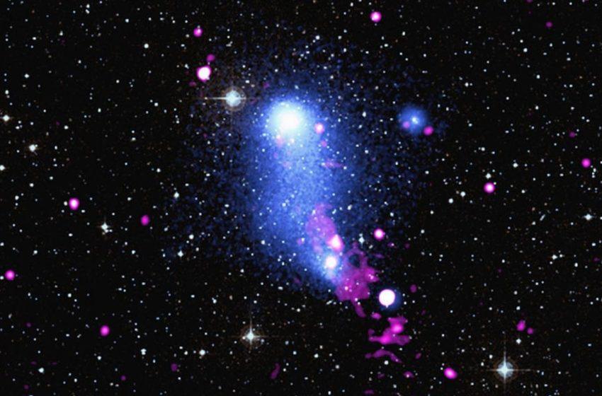Le jet d'un trou noir tord un pont de gaz entre deux galaxies